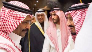 بعد محاولة وضع يده على كتف الملك سلمان.. الفنان السعودي حبيب الحبيب يرد بشكل كوميدي على دفعه من قبل الحارس