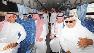 وزير سعودي يستقل حافلة للنقل العام في الرياض
