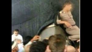 """أمير مكة يأمر بـ""""إجراءات صارمة"""" بحق عنصر شرطة وضع قدمه على الحجر الأسود"""
