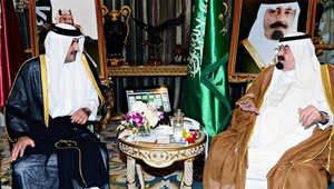 الملك السعودي خلال لقائه بأمير قطر