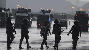 السعودية.. مسلحون يضرمون النار بحافلة لنقل عمال بالقطيف
