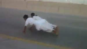 فيديو على يوتيوب لشباب في السعودية يخاطرون بحياتهم على طرق سريعة