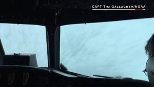 شاهد.. طائرة تتجه مباشرة إلى عين إعصار ماثيو