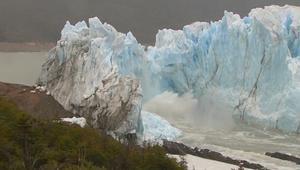 """فيديو مذهل يظهر آثار الاحتباس الحراري.. انهيار """"العملاق الأبيض"""" بالأرجنتين"""