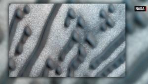 """اكتشاف ناسا لرسمة تشبه """"شفرة مورس"""" على سطح المريخ"""