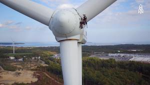 كيف تقوم هذه الشابة بإصلاح توربينات الرياح؟