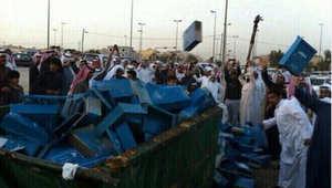 """رمي صناديق صحيفة سعودية """"حرضت ضد الشيعة"""" بالشرقية استجابة لدعوات توفيق السيف.. ومغردون يردون بقوة"""