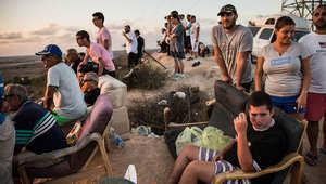 إسرائيليون يتابعون الهجمات الإسرائيلية على قطاع غزة