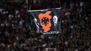 طائرة صغيرة حلقت بعلم يشير لكوسوفو تتسبب في عراك بين لاعبي صربيا وألبانيا وتوقف مباراتهما