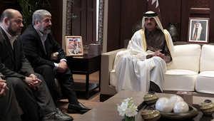 صورة أرشيفية للشيخ تميم، أمير قطر، خلال لقائه عددا من قادة حماس