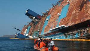 سفينة تغرق قبالة سواحل الفلبين في مارس/ آذار 2004