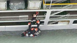 انقاذ ركاب السفينة الكورية الجنوبية الغارقة