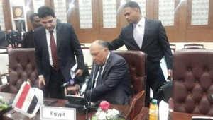 """إطاحة شكري بميكروفون الجزيرة تشعل """"تويتر"""".. والزعاترة يعلق: لنرى كيف سيطيح بالأثيوبيين أيضا"""