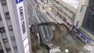 فجأة.. حفرة عملاقة تبتلع طريقا سريعا باليابان