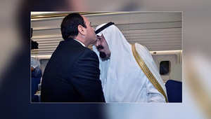 مغردون يعلقون على تقبيل السيسي رأس العاهل السعودي