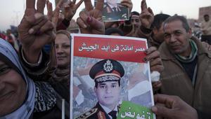 عدد من مؤيدي المشير السيسي يحملون صورته في شبرا