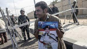 مصري مؤيد للسيسي يحمل صورته في إحدى المظاهرات بالقاهرة