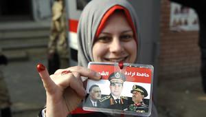 شابة مصرية ترفع صورة عبد الفتاح السيسي