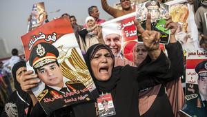 مصريون يرفعون صوراً للسيسي
