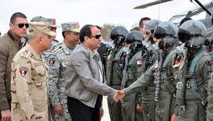 """السيسي يزور طياري """"الضربة الجوية"""" ضد داعش ويتفقد المناطق الحدودية مع ليبيا"""