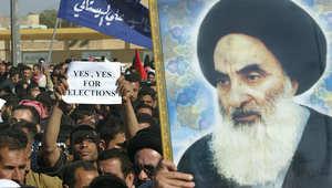 صورة أرشيفية لمؤيدين للسيستاني يحملون صورته في مظاهرة ببغداد