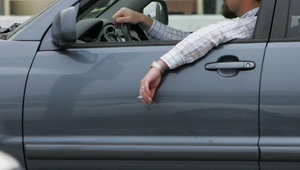 هل ترغب بالتدخين أثناء قيادة سيارتك؟.. عليك الاختيار بين أطفالك أو غرامة باهظة