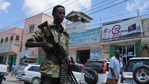 مقاتل صومالي يحمل سلاحه في أحد شوارع مقديشو