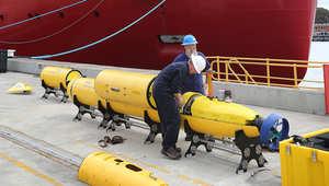 جهاز السونار يتم تحميله على متن سفينة البحث الاسترالية درع المحيط