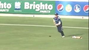 لاعب كريكيت يفقد ساقه في مباراة حاسمة.. ويكمل اللعب