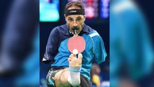 مصري يذهل العالم بالتنافس دون يدين في بطولة كرة طاولة
