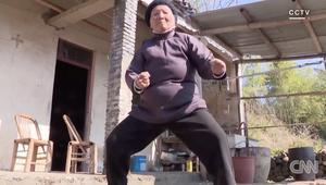 لا تعبثوا مع هذه الجدة.. تمارس الكونغ فو منذ 89 عاما