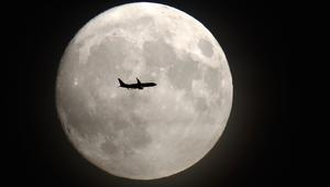 سائحان فضائيان إلى القمر بـ2018..بملايين الدولارات