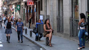 بائعة هوى تقف في أحد شوارع العاصمة الإسبانية مدريد