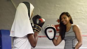 """ملاكمة مسلمة تطلق """"أغطية للرأس"""" للرياضيات المحجبات"""
