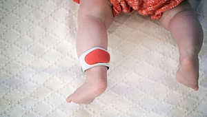 جهاز يُربط بالكاحل لكشف الوضع الصحي للأطفال.. هل هذا مستقبل الأمومة؟