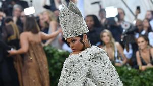 شاهد.. ريهانا بأزياء تشبه بابا الفاتيكان