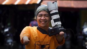هذا المصور الفوتوغرافي يتلقط صور إندونيسيا بلا يدين أو ساقين