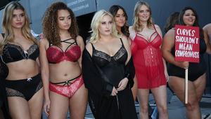 عارضات أزياء الوزن الزائد يحتججن بملابسهن الداخلية في لندن