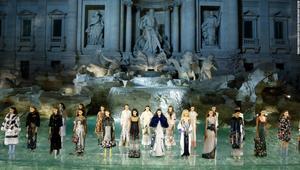 """عارضات أزياء من """"الخيال"""" يحلقن فوق نافورة """"تريفي"""" التاريخية في روما"""