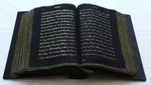 أول نسخة قرآن كُتبت على الحرير.. بأنامل فتاة أذربيجانية