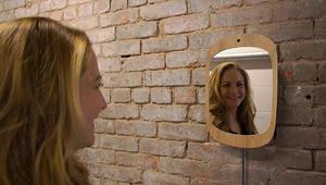 هذه المرآة لن تريك وجهك دون ابتسامة