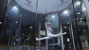 هذه الفتاة ترقص في الهواء.. كيف تفعل ذلك؟