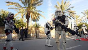 مشجعو حرب النجوم في زي قوات العاصفة في منطقة توزور جنوب تونس