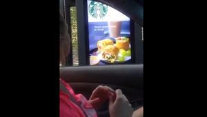 لماذا انتشر هذا الفيديو لسيدة صمّاء تطلب قهوة من ستاربكس؟