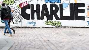 شارلي إيبدو تخلّد ذكرى الهجوم عليها بغلاف يجسد الإله.. ومرصد إسلامي يندّد برسومها