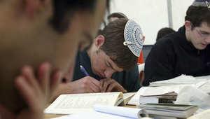 طالب يهودي يدرس في إحدى مدارس تل أبيب