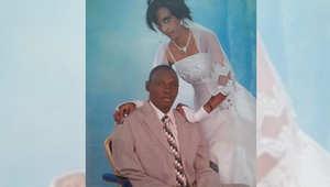 مريم يحيى إبراهيم تقف إلى جانب زوجها يوم زفافها