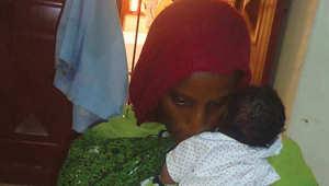 """سودانية اتهمت بـ""""الردة والزنا"""": أنجبت طفلي والسلاسل تقيّد قدمي"""