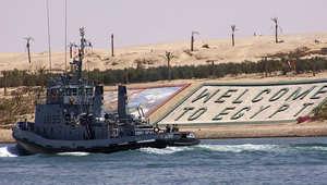 سفينة فرنسية تمر من خلال قناة السويس المصرية