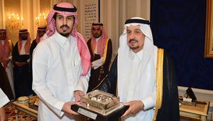 شاهد.. تكريم رسمي لشاب سعودي خاطر بحياته لإبعاد خطر مركبة محترقة